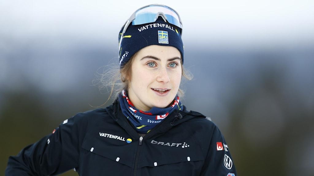 En kvinnlig skidåkare ute i spåret.