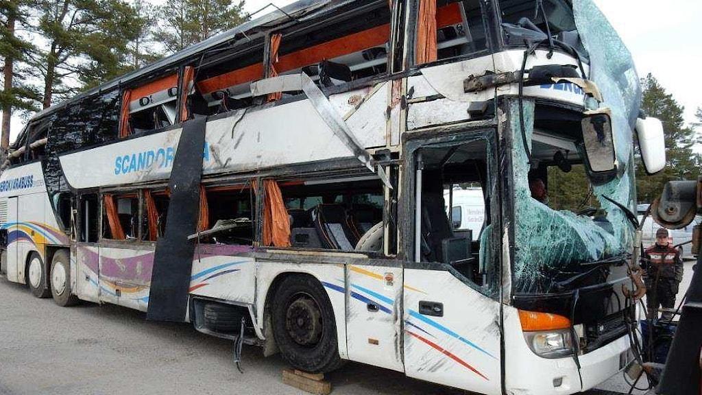 Buss med stora skador och krossade fönsterrutor