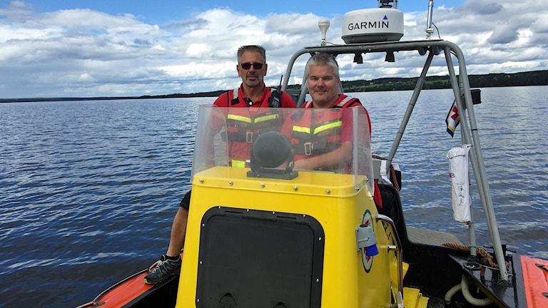 Peter Allansson och Per Brink visar upp Svenska sjöräddningssällskapets nya båt