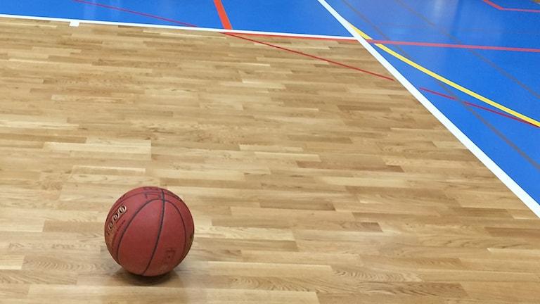 Basketboll ligger på golv i sporthall