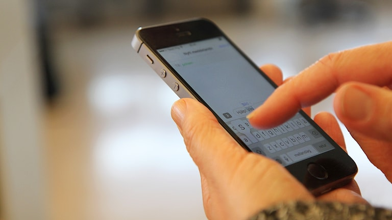 Person skriver meddelande på mobiltelefon