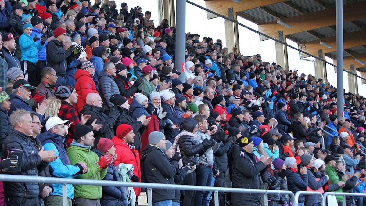 Stående ovationer på fotbollsläktare