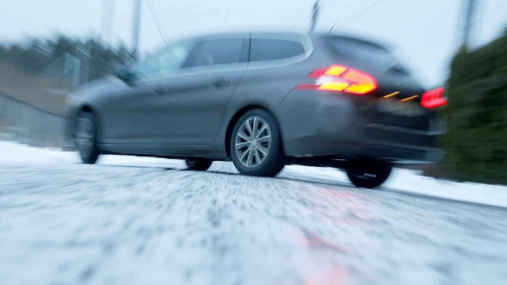 En bil halkar på en isig väg.