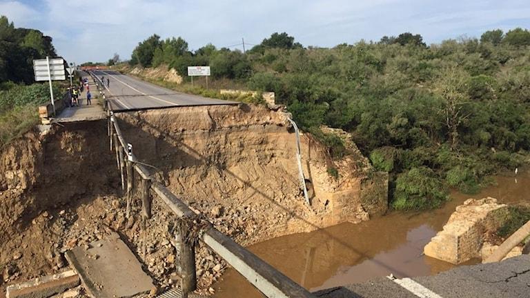 Bron som har gått sönder i översvämningen på Mallorca. Foto: Jesper Ekerooth/Privat