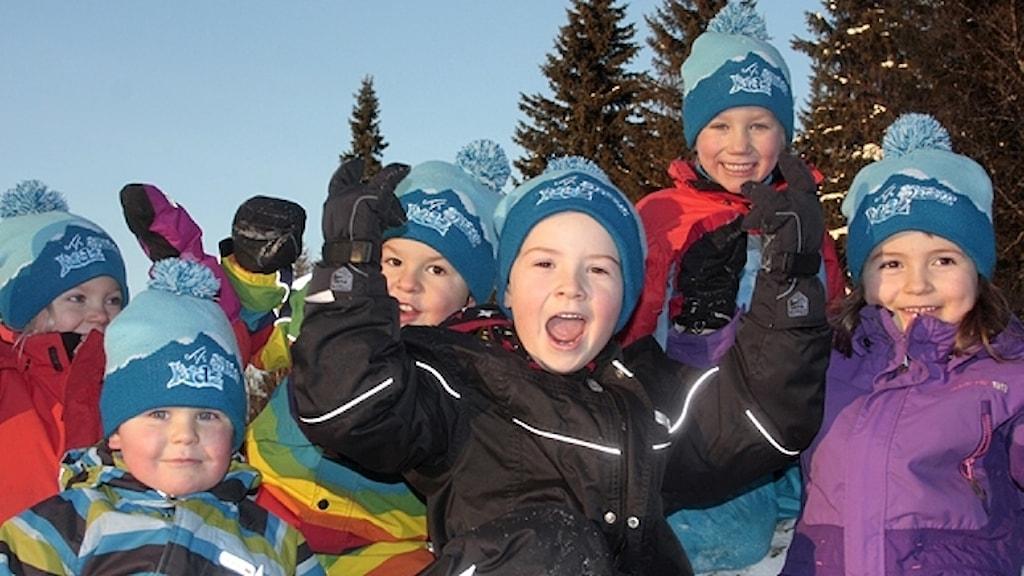 Glada barn i vinterkläder