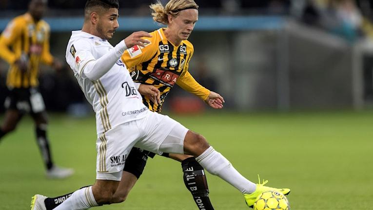 Hosam Aiesh mot  Gustav Berggren under söndagens fotollsmatch i Allsvenskan Mellan BK Häcken och Östersunds FK