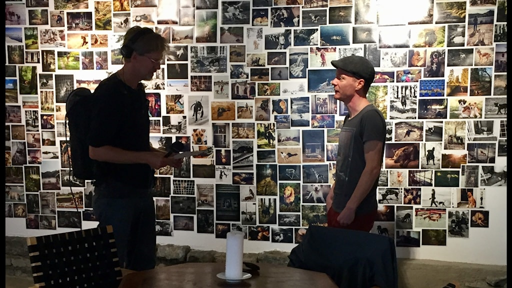 Två män står framför en väg med flera foton.