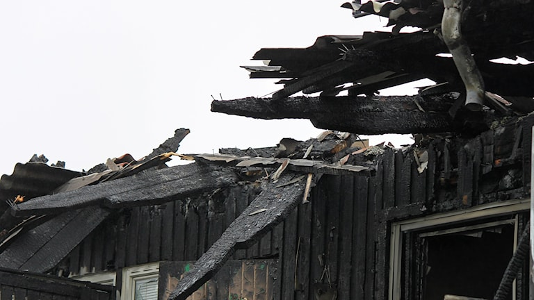 Totalförstört hustak efter brand