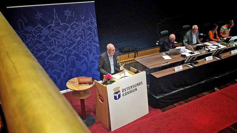 Man i talarstol i kommunfullmäktige Östersunds kommun