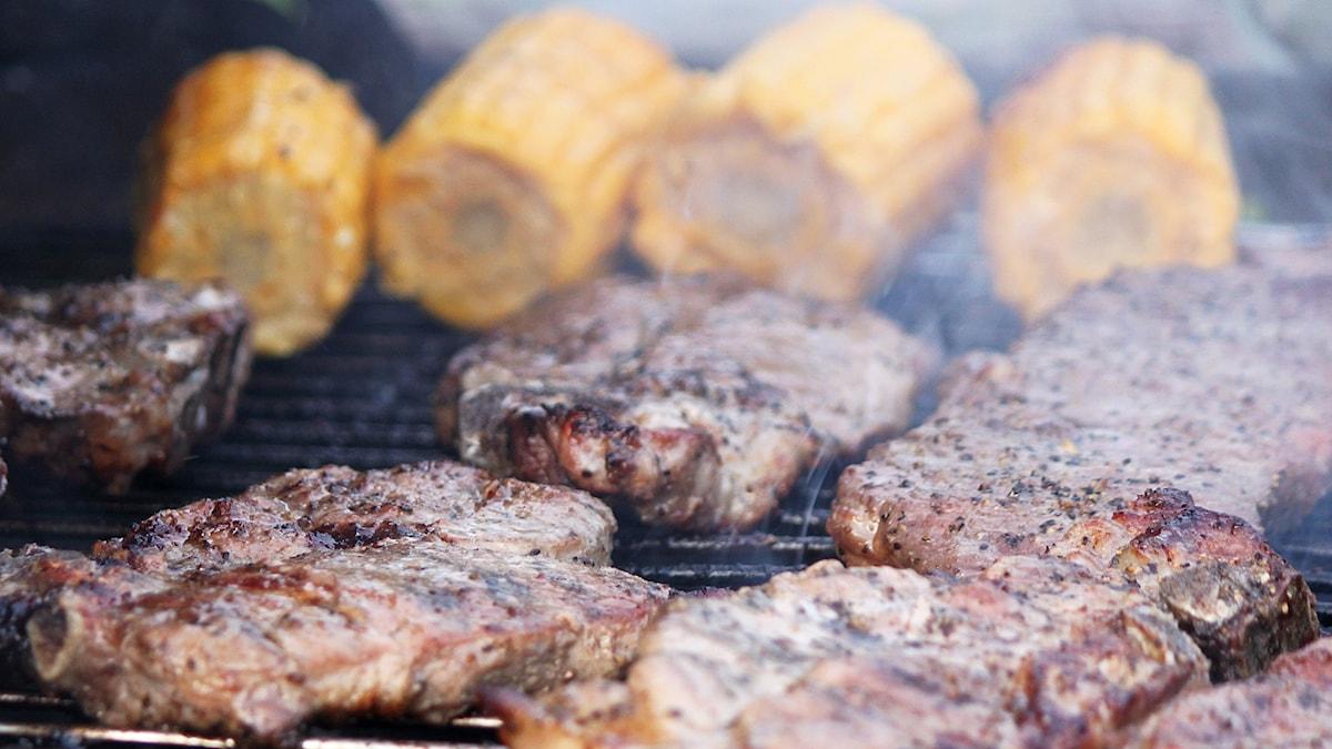 Majskolvar och köttskivor på grillen