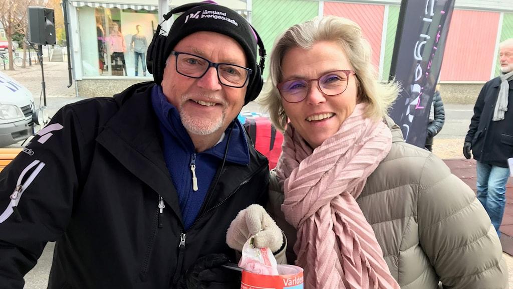 Leif Landin och Annica Nyholm från Strömsunds optik. Foto: Anneli Johansson/Sveriges Radio