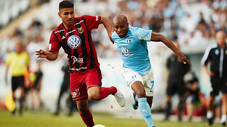 Östersunds Hosam Aiesh kämpar mot tidigare ÖFK-spelaren Fouad Bachirou i juli 2018. Matchen malmö FF - ÖFK slutade 1-1.