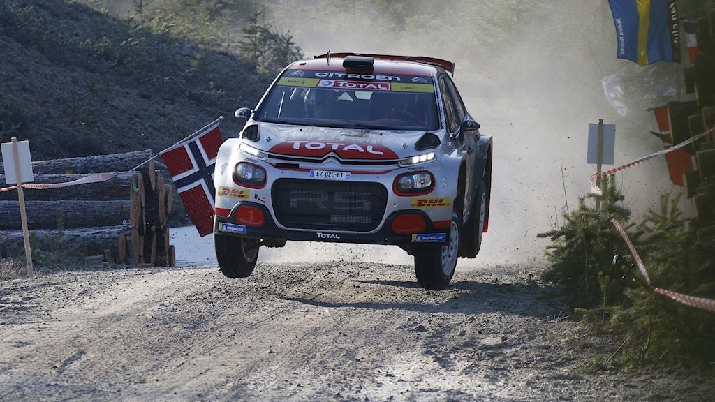 En rallybil som flyger i luften