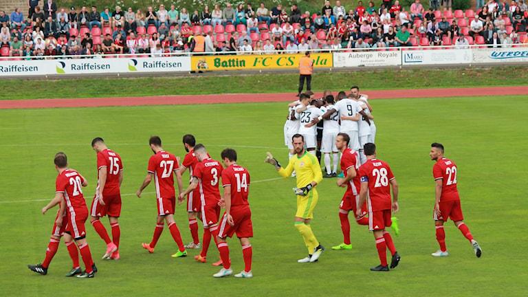 ÖFK i vitt samlar sig inför matchen mot Fola Esch i Europa League.
