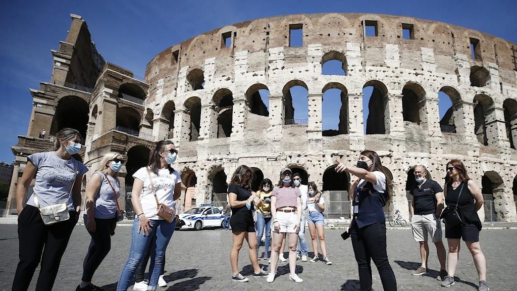 Människor framför Colosseum i Rom