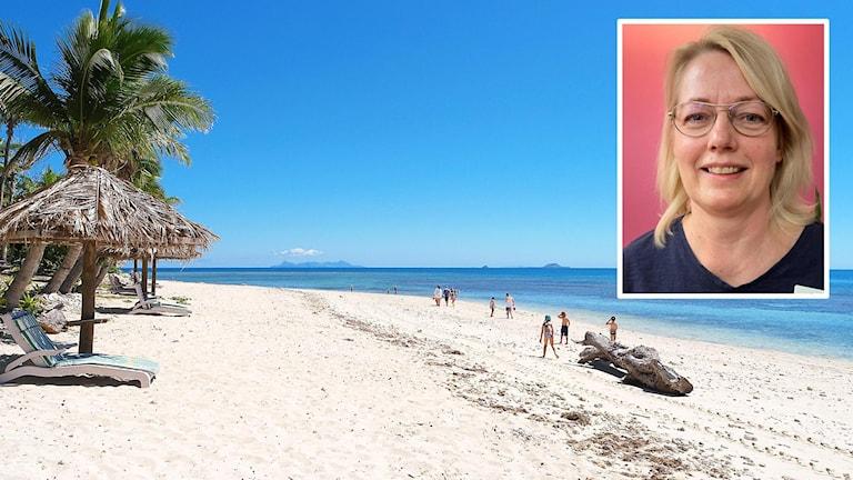 På en sandstrand står en solstol och människor promenerar längs havskanten.