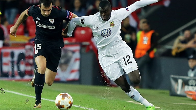 Athletic Bilbaos Inigo Lekue och Östersunds FK:s Ken Sema i kamp om bollen