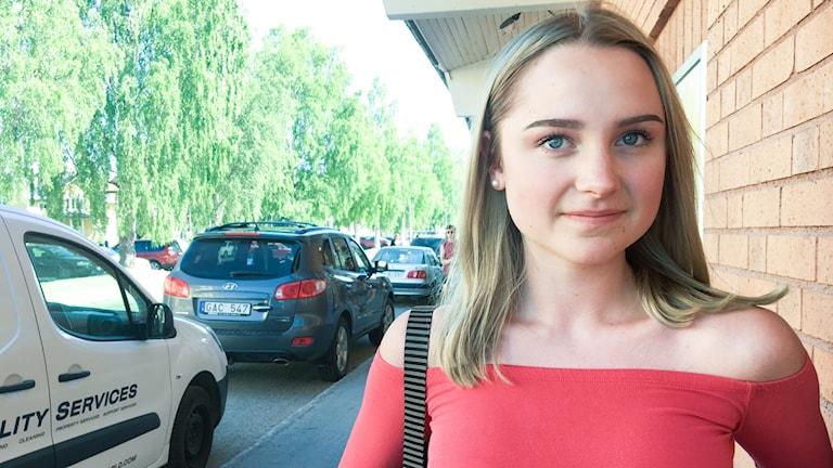 Ung kvinna porträtt utomhus.