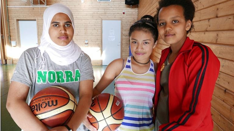 Amira, Marcela och Kokob i Ragunda Basket.