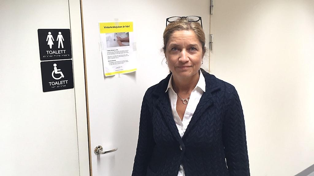 Beredskapschefen på Östersunds sjukhus, Anna-Lena Alfreds, visar toaletten där en man klättrade upp under innertaket.