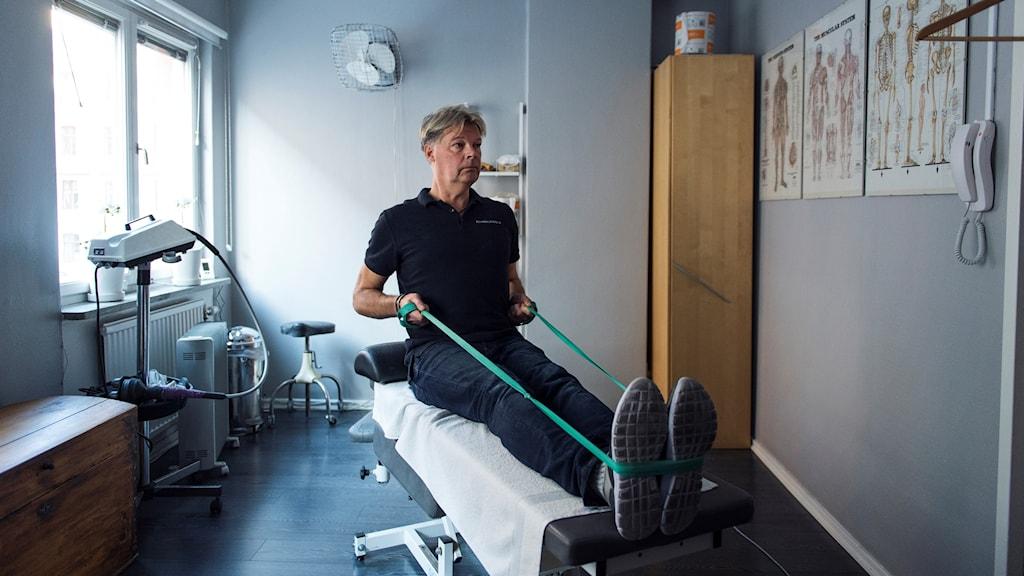 Naprapat Roger Jonsson på Rehabkliniken visar övningar för att förebygga ryggont.