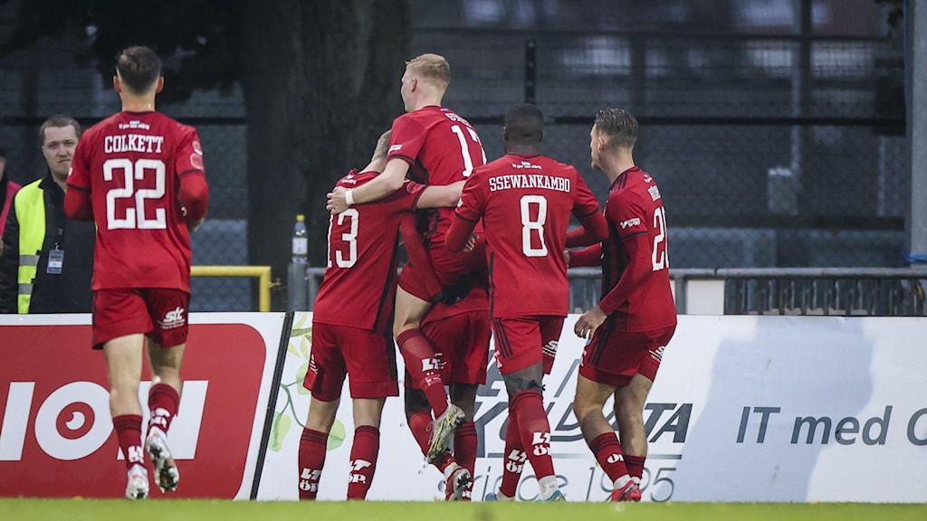 Östersunds Blair Turgott (#7) jublar med lagkamraterna efter att ha kvitterat till 1-1 under i lördagens fotbollsmatch i allsvenskan mellan Halmstads BK och Östersunds FK på Örjans Vall.