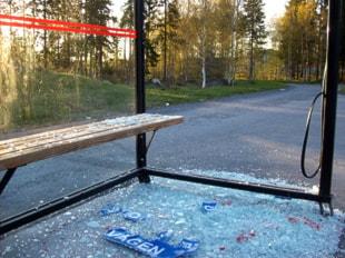 Krossad busskur i Torvalla. Foto: Michael Ragnarsson/SR