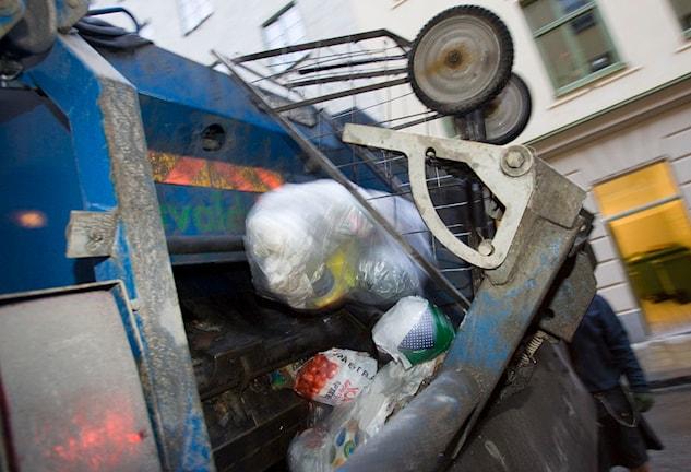 Sopor tömms i en sopbil.