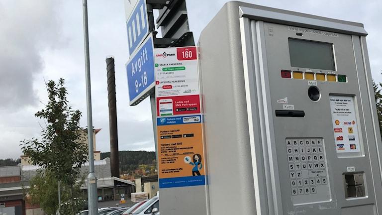 Parkeringsautomat med text om SMSparkering. Foto: Marcus Frånberg/SR