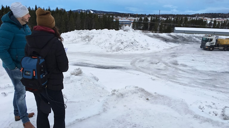 Tore Åberg och reporter Sofie Lie på toppen av en snöhög med utsikt över Odenskog i Östersund