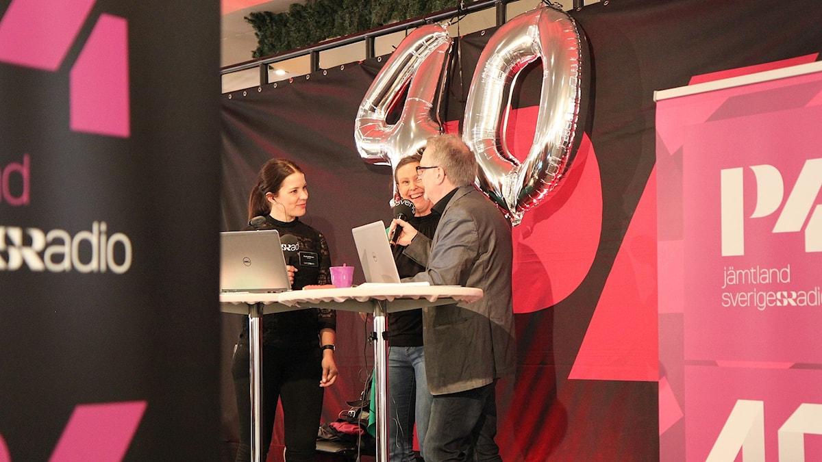 Emelie Andersson och Leif Landin pratar med mästerkocken Helena Appelqvist