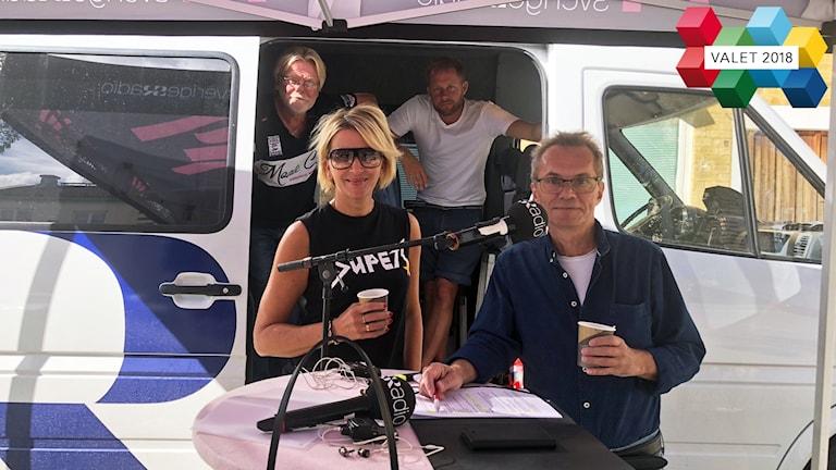 Fyra personer framför en Sveriges Radio-buss.