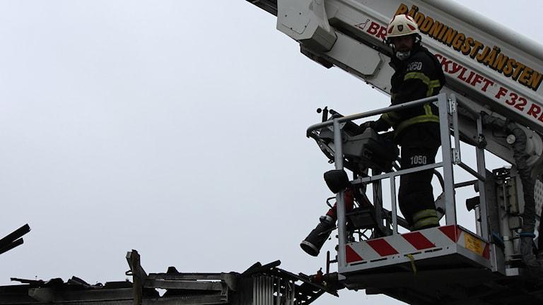 Brandman i stegbil vid eftersläckning av bostadsbrand