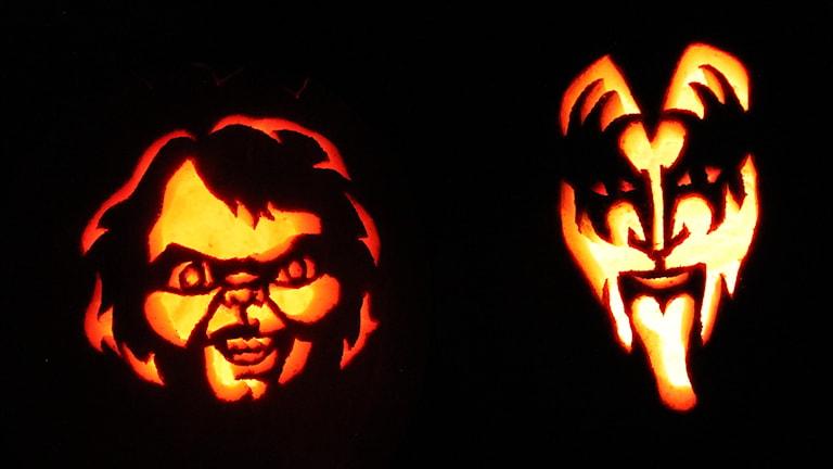 Två halloweenpumpor med ljus i