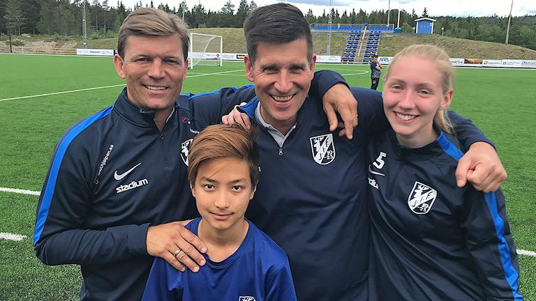 Marcus Allbäck tillsammans med två spelare och sportansvarige i Järpens IF