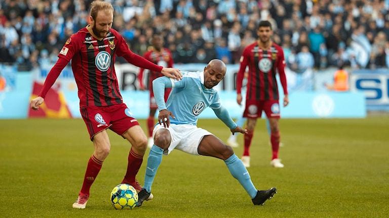 Östersunds Curtis Edwards och MFF:s Fouad Bachirou under söndagens fotbollsmatch i Allsvenskan mellan Malmö FF och Östersund på Malmö Stadion.