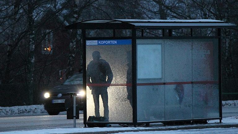 Personer väntar vid busshållplatsen Koporten i Östersund vintertid
