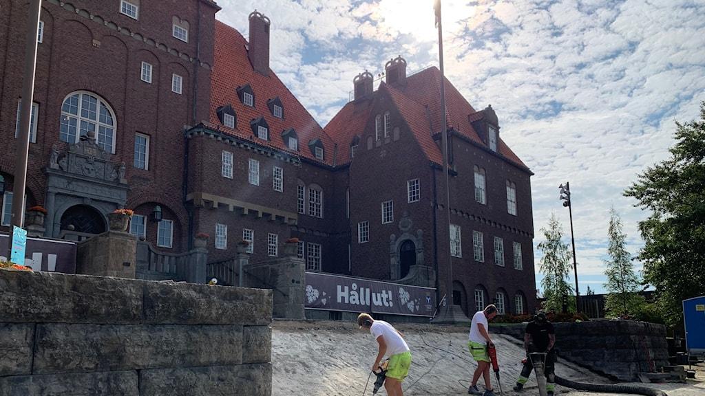 Hantverkare arbetar med att renovera trappan framför rådhuset i Östersund.