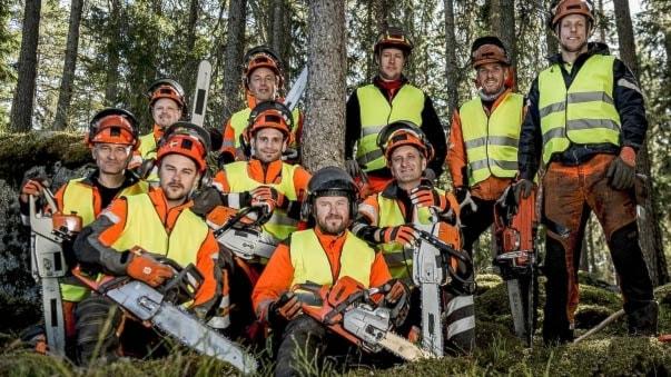 10 män står med sina motorsågar