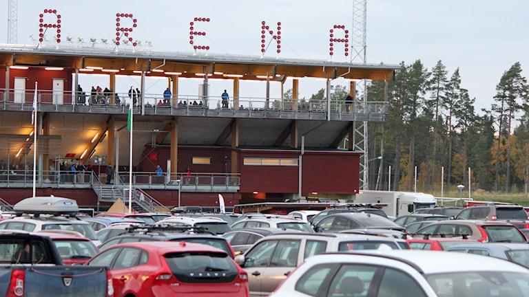 Bilparkering vid Jämtkraft Arena i Östersund fylld av bilar