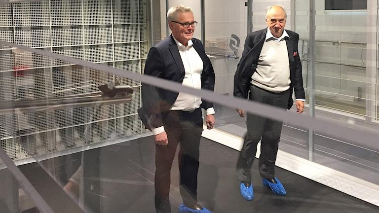 Två män på löpband i testlaboratorium