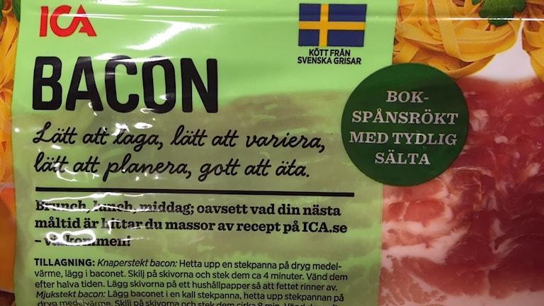 Tvetydig märkning på baconpaket får kunder att undra om det är svesnkt kött eller inte.