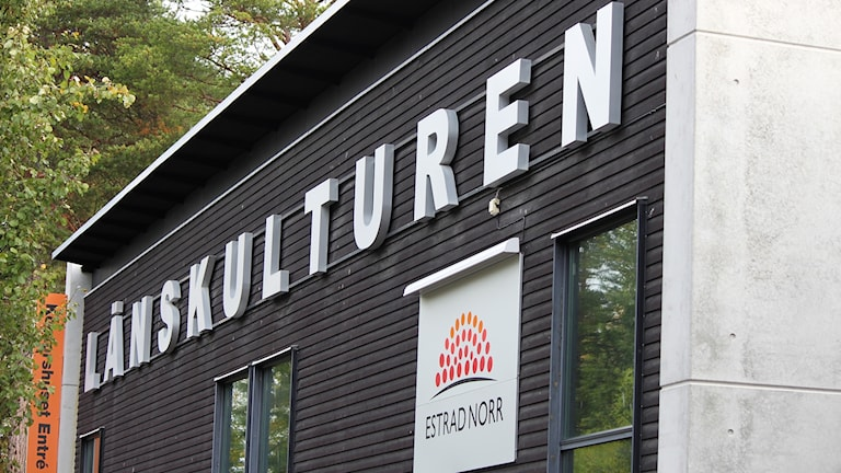 Fasad på byggnad med ordet Länskulturen skyltat