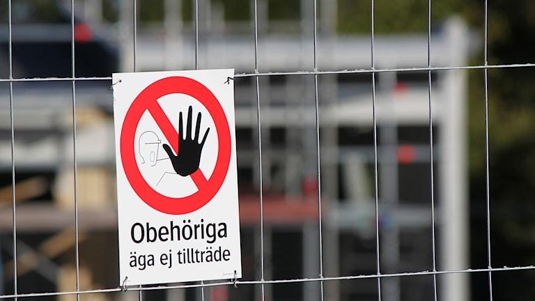 Skylt på stängsel: Obehöriga äga ej tillträde
