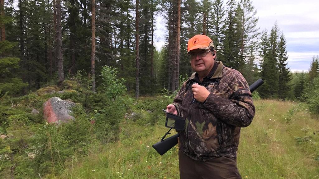 Peter Eriksson jaktledare för björnjakten i Skyttmon och Öravattnet meddelar jaktlaget i komradion om att det är ståndskall på en björn.