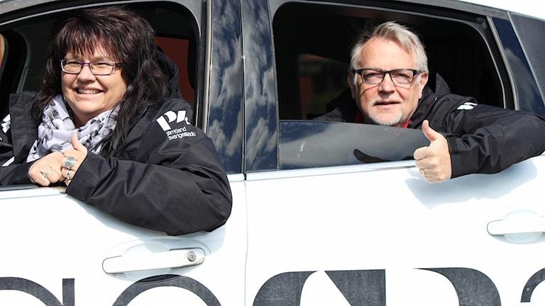 Kvinna och man sitter i Sveriges Radio-bil