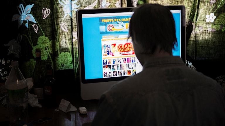 STOCKHOLM  2014-10-01  En man vid dator surfar på Hamsterpaj.net, en hemsida vars målgrupp är ungdomar mellan 15 och 25 år .  Foto: Fanni Olin Dahl / TT / kod: 11375