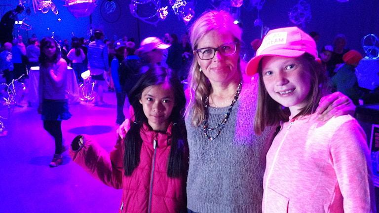 Konstnären Marina Jonsson med två av de skapande barnen