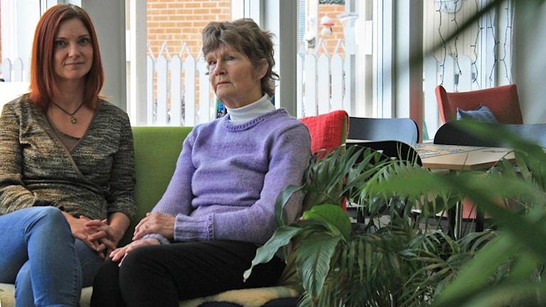 Helena Söderlund, kurator på demensteamet och Birgitta Jonsson som sitter i en soffa tillsammans.