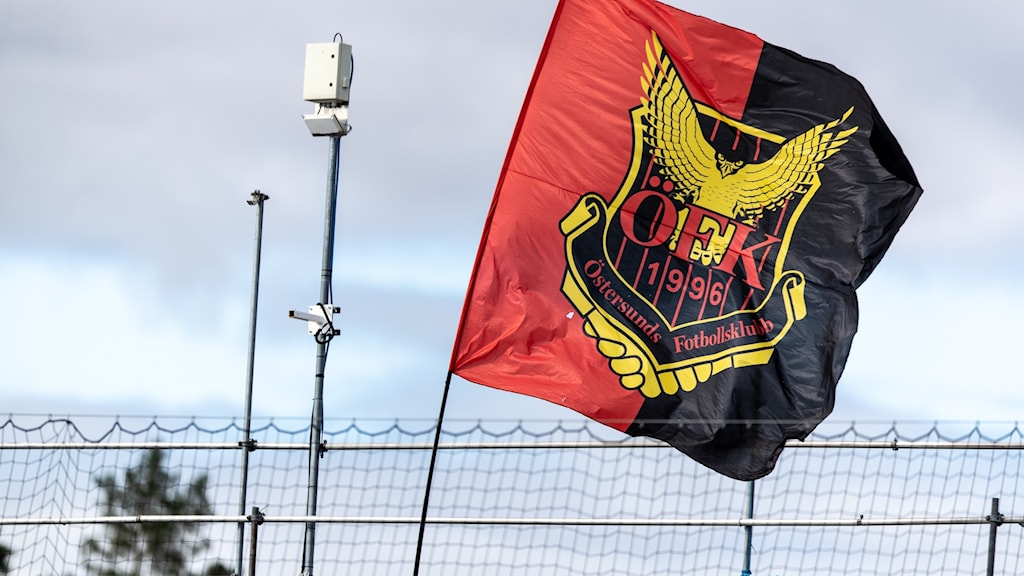 Svart och röd flagga med fotbollsklubben ÖFK:s logga.